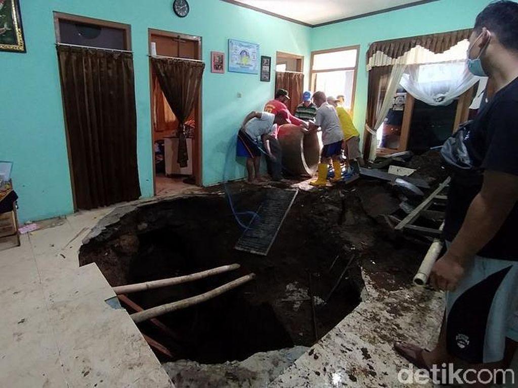 Ngeri! Lantai Ruang Tamu Rumah Warga di Temanggung Ambles