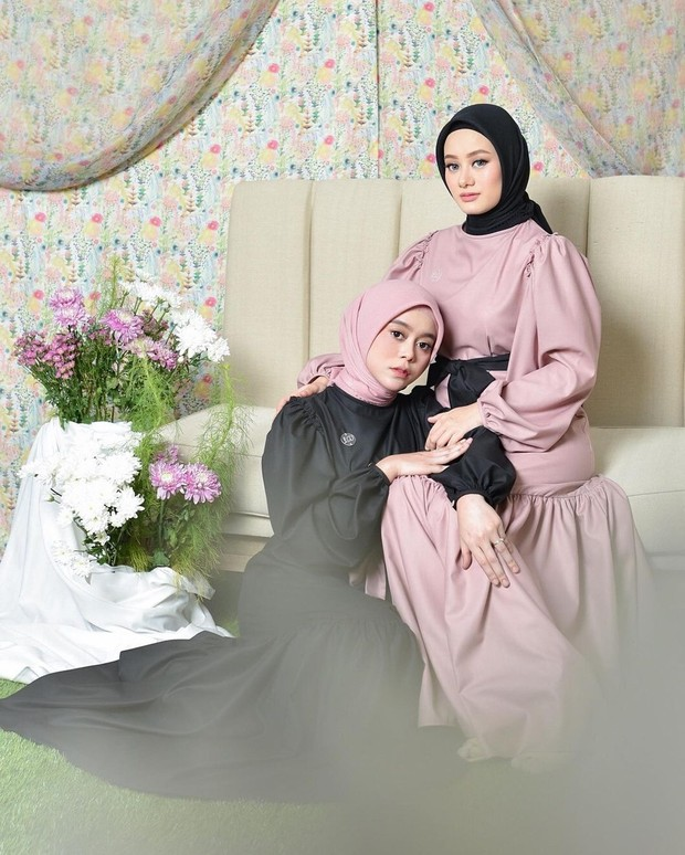 Pedangdut Lesti Kejora berkolaborasi dengan aktris Dinda Hauw untuk koleksi rancangan fesyen muslimah mereka yang diberi nama Sisterhood.
