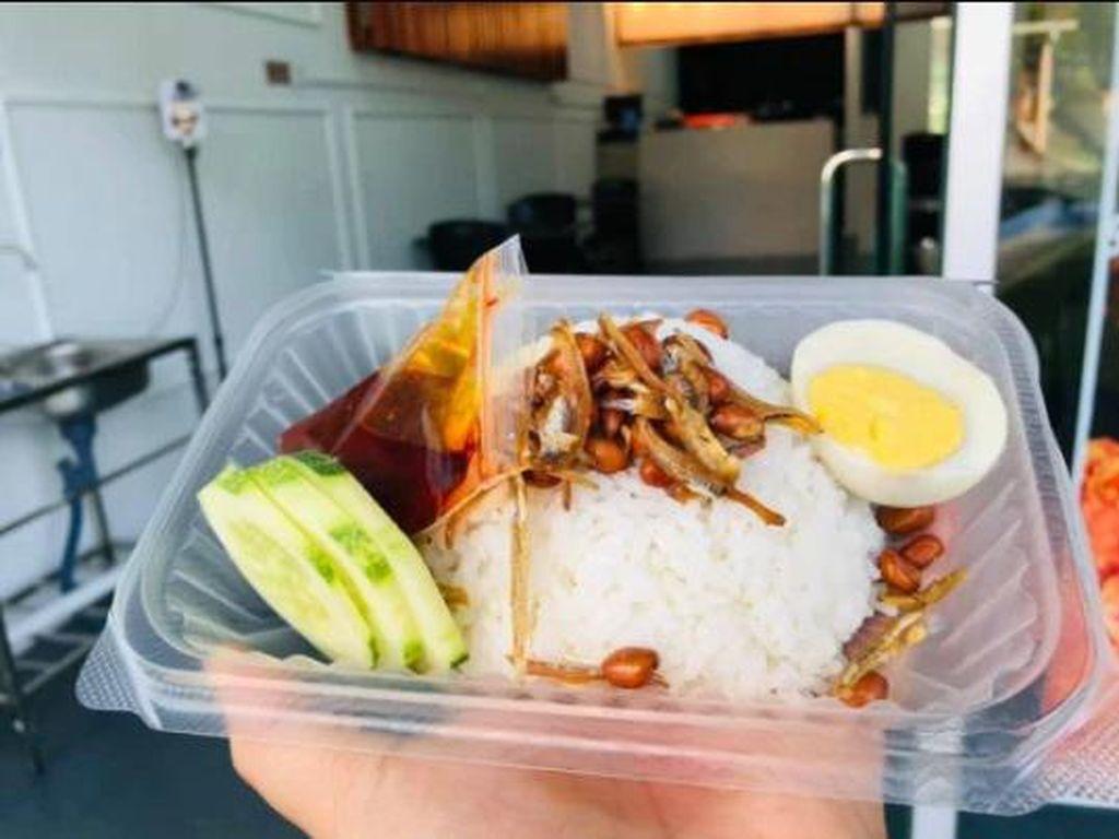 Salut! Resto Ini Bagikan Nasi dan Ayam Goreng Gratis untuk Orang Membutuhkan