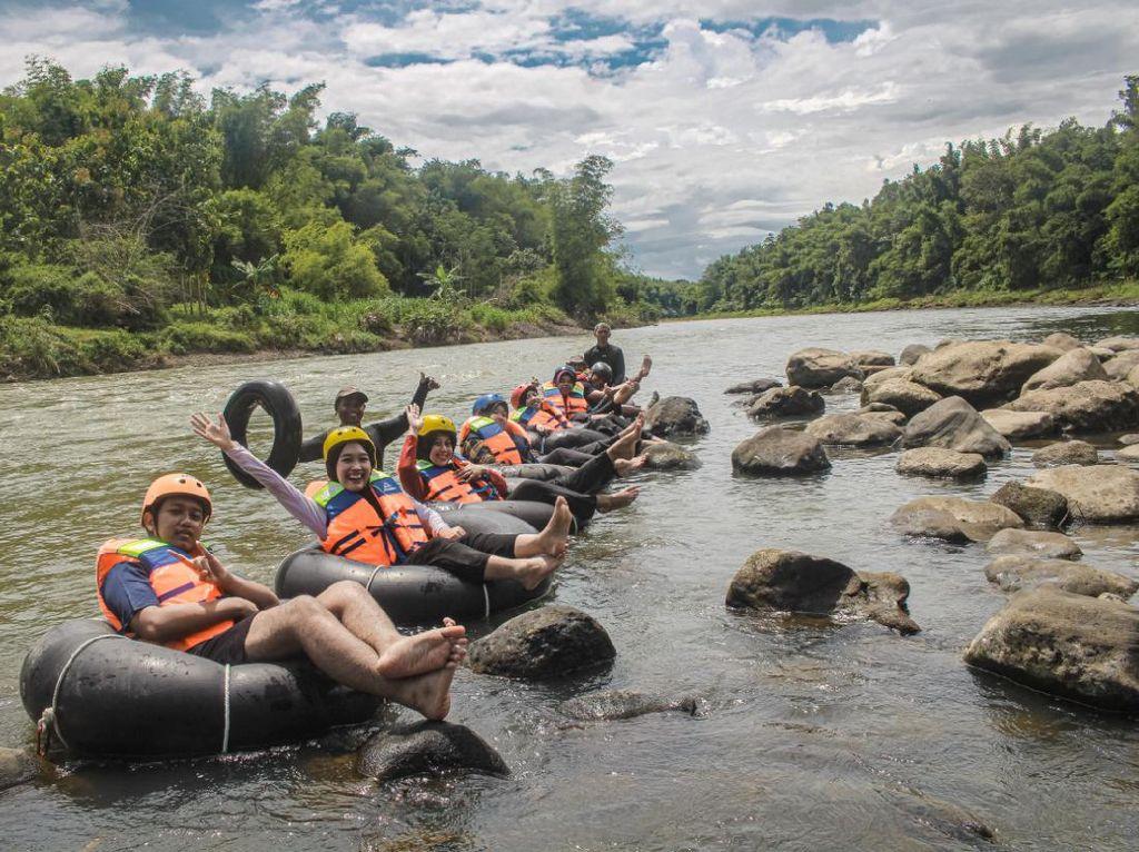 Uji Adrenalin River Tubing di Sungai Sarat Sejarah Kerajaan Majapahit