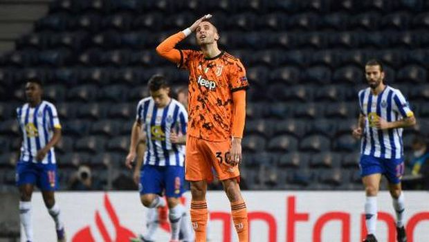Juventus' Uruguayan midfielder Rodrigo Bentancur reacts to Porto's opening goal scored by FC Porto's Iranian forward Mehdi Taremi during the UEFA Champions League round of 16 first leg football match between Porto and Juventus at the Dragao stadium in Porto on February 17, 2021. (Photo by MIGUEL RIOPA / AFP)