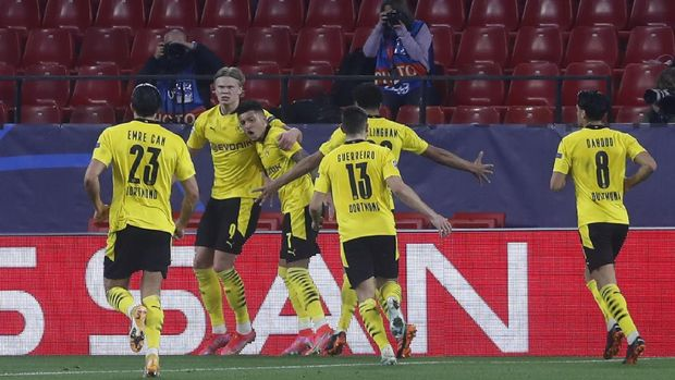 Dortmund's Erling Haaland, 2nd left, celebrates after scoring his side's second goal during the Champions League, round of 16, first leg soccer match between Sevilla and Borussia Dortmund at the Ramon Sanchez Pizjuan stadium in Seville, Spain, Wednesday, Feb. 17, 2021. (AP Photo/Angel Fernandez)