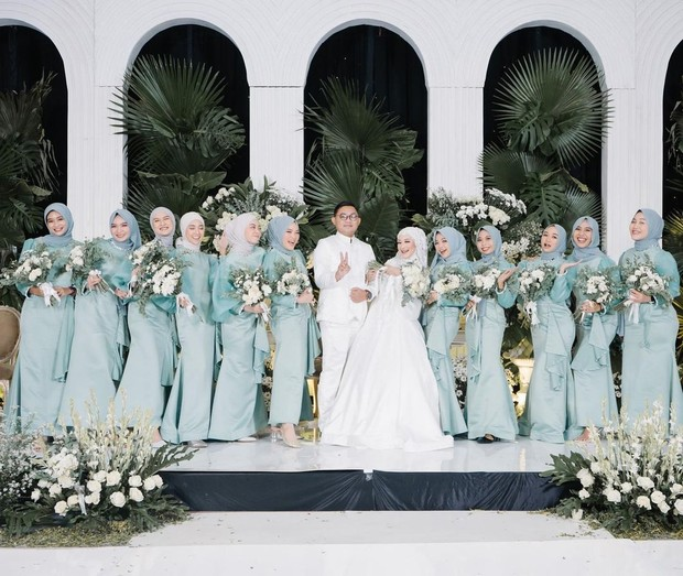 Seviq Febinita dan suami didampingi bridesmaid/instagram.com/seviqfebinita
