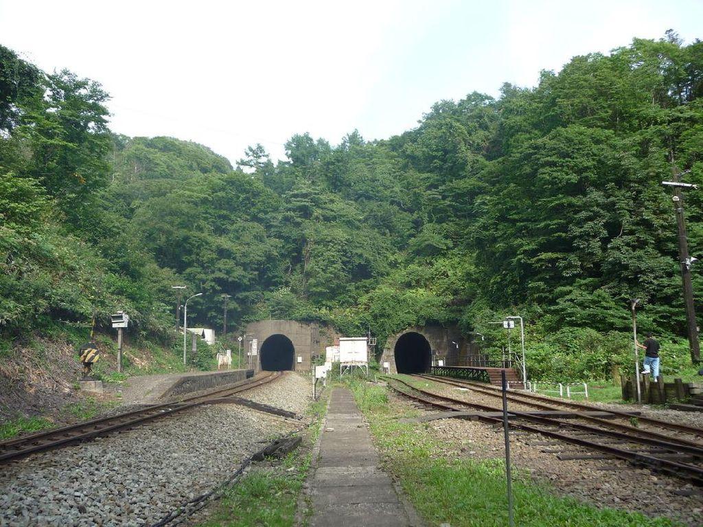 Diapit Tebing Batu, Ini Stasiun Kereta Paling Terpencil di Jepang