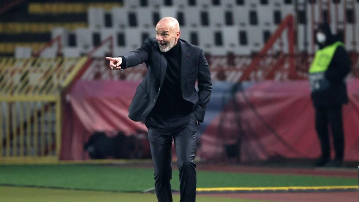 BELGRADE, SERBIA - FEBRUARY 18: Stefano Pioli, Manager of AC Milan gives their team instructions during the UEFA Europa League Round of 32 match between Crvena Zvezda and AC Milan at Rajko Mitic Stadium on February 18, 2021 in Belgrade, Serbia. Sporting stadiums around Serbia remain under strict restrictions due to the Coronavirus Pandemic as Government social distancing laws prohibit fans inside venues resulting in games being played behind closed doors. (Photo by Srdjan Stevanovic/Getty Images)