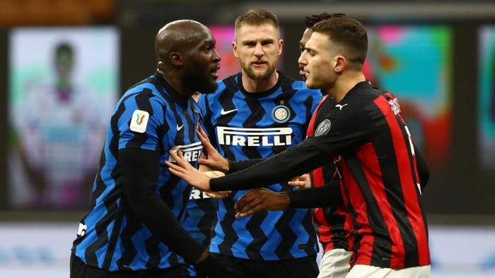 MILAN, ITALY - JANUARY 26:  Romelu Lukaku (L) of FC Internazionale reacts during the Coppa Italia match between FC Internazionale and AC Milan at Stadio Giuseppe Meazza on January 26, 2021 in Milan, Italy. Sporting stadiums around Italy remain under strict restrictions due to the Coronavirus Pandemic as Government social distancing laws prohibit fans inside venues resulting in games being played behind closed doors.  (Photo by Marco Luzzani/Getty Images)
