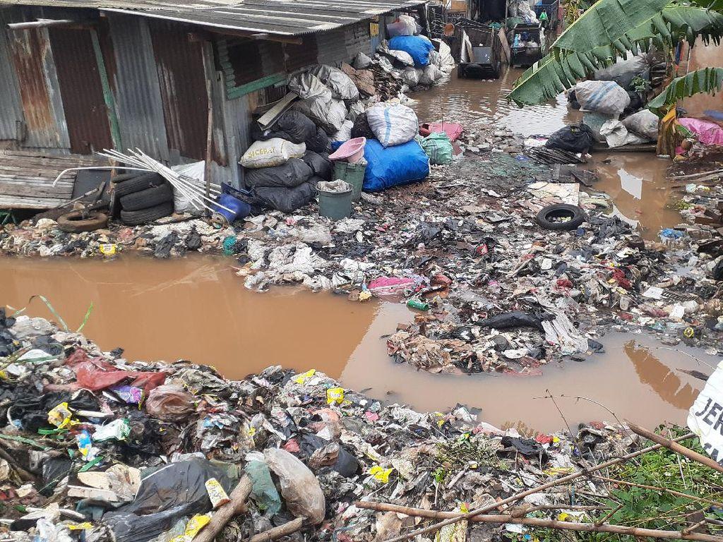 Jalan Truk Tergenang, Sampah Selapangan Bola Bekasi Belum Bisa Diangkut