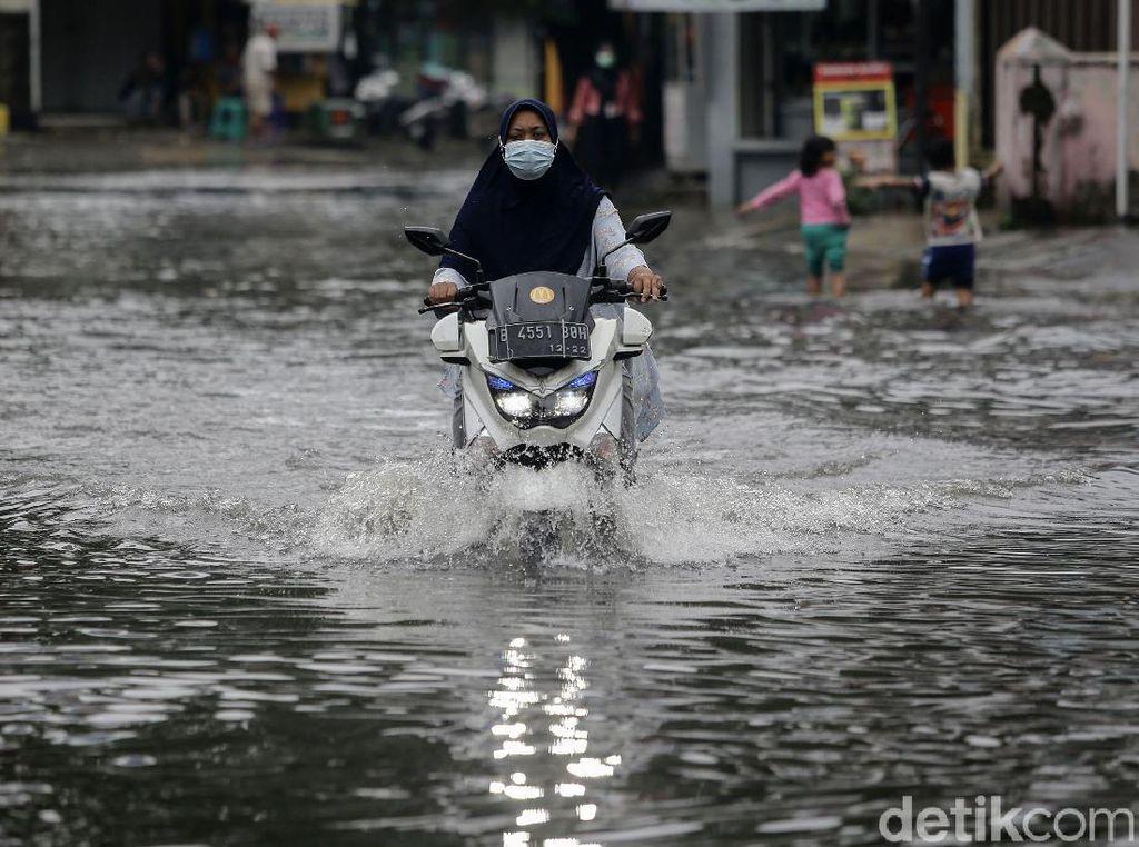 Aksi Nekat Pengendara Terobos Banjir di Taman Duta Depok