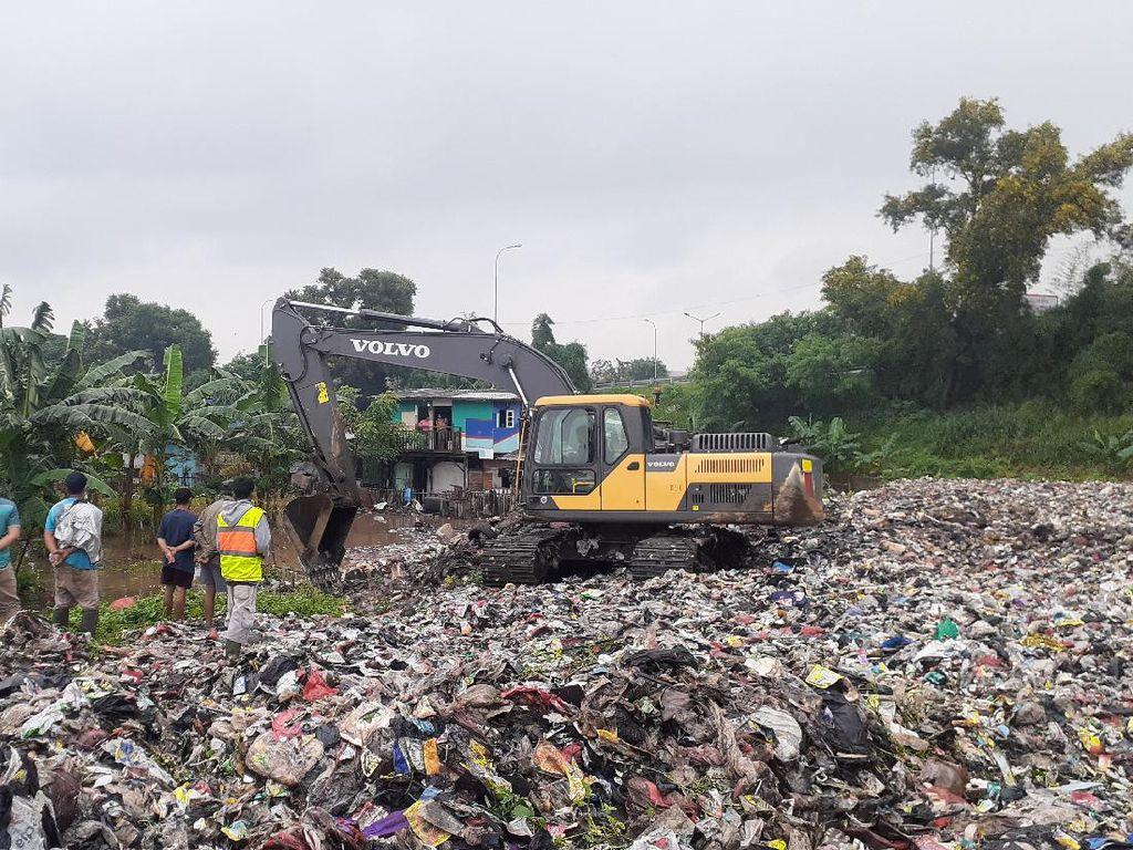 Dengan Alat Berat, Petugas Siap Angkut Sampah Selapangan Bola di Bekasi