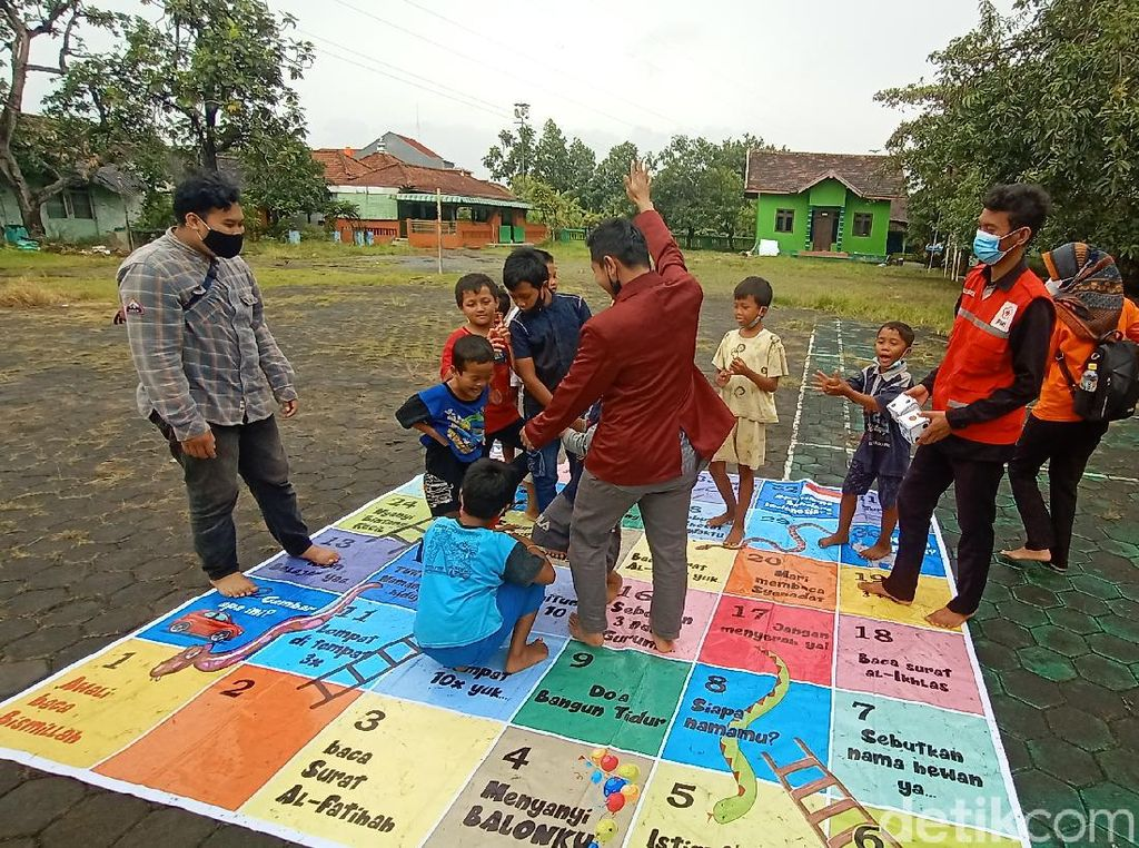 Tawa Riang Anak Korban Banjir di Kudus Saat Bermain Permainan Tradisional