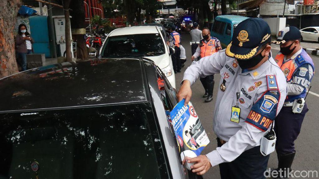 Cabut Pentil hingga Digembosi, Dishub Tertibkan Parkir Liar di Bandung