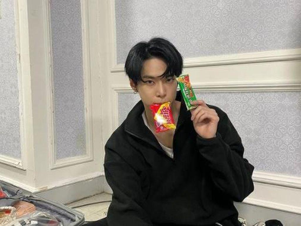 Gaya Keren Doyoung NCT Saat Pamer Camilan dan Makan Mie