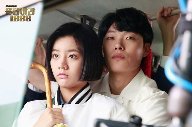 Duk-sun dan Jung-hwan dalam Bus Sekolah/Foto: twitter.com/reply_tvN