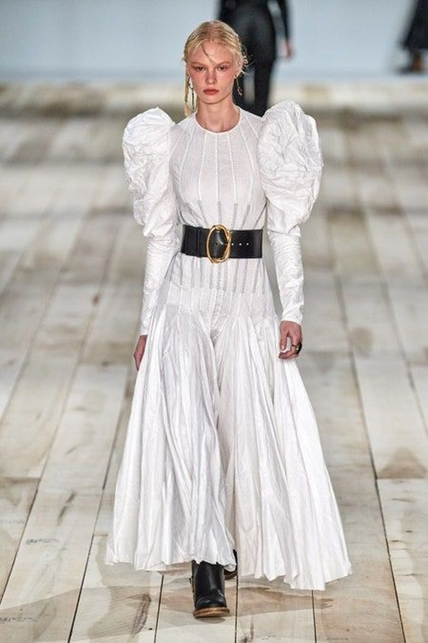 Foto: White maxi dress by Alexander McQueen/id.pinterest.com/Vogue Magazine