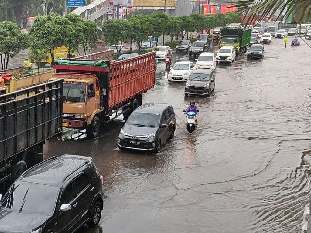 Dua Unit Pompa Dikerahkan Sedot Banjir di Jalan Ahmad Yani Bekasi