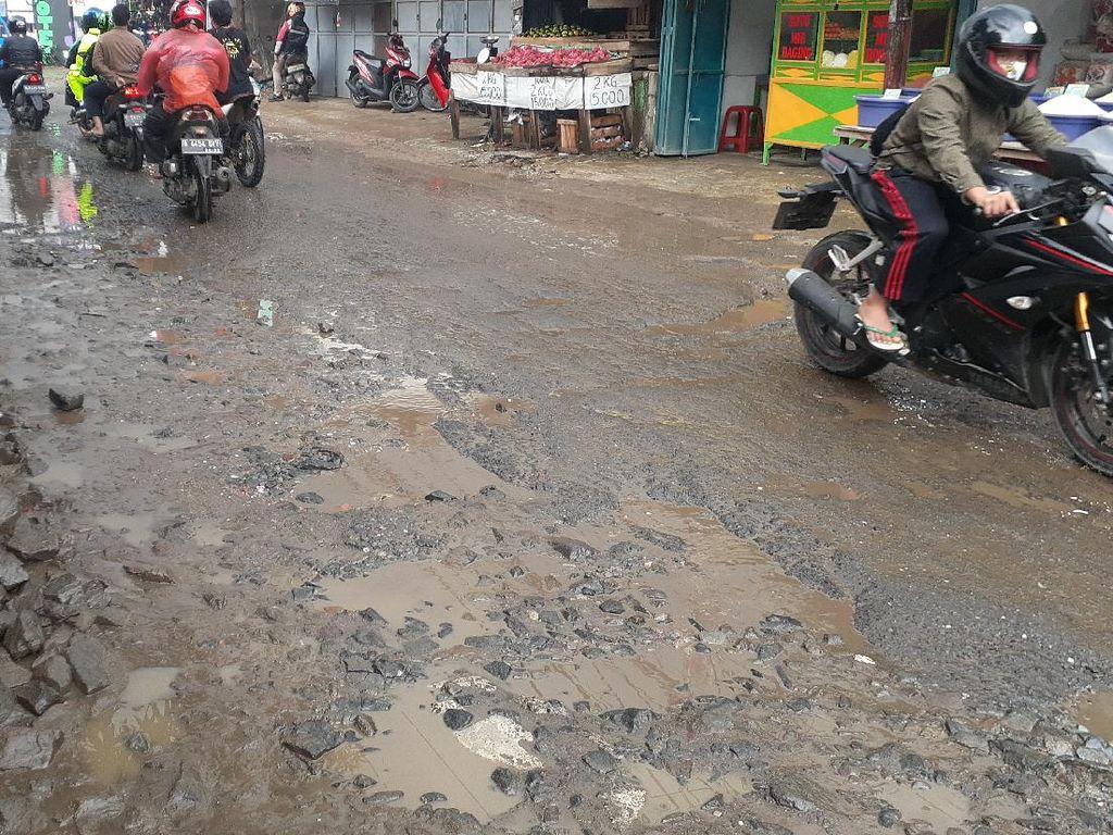 Ke Mana Spanduk-spanduk Satire di Jl Pabuaran Kabupaten Bogor yang Rusak?