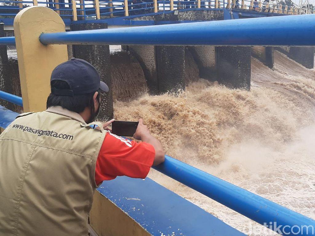 Puncak Bogor Diguyur Hujan Sejak Dini Hari, Bendung Katulampa Siaga 3