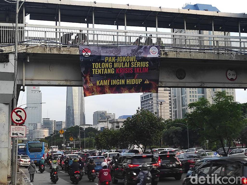 Mahasiswa Pasang Spanduk di JPO, Minta Jokowi Serius soal Krisis Iklim