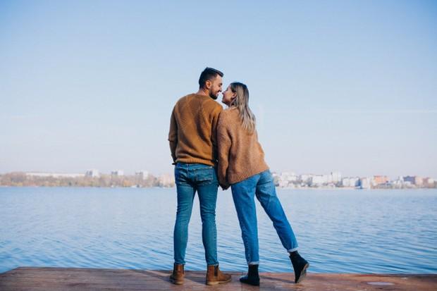 Ada beberapa perbedaan di antara cinta dan obsesi. Cinta akan membutuhkan kompromi dan negosiasi terhadap pasangan.