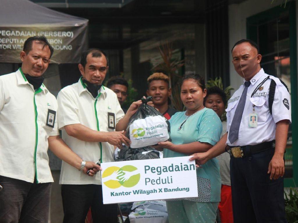 Pegadaian Salurkan Bantuan Bahan Pokok ke Korban Banjir di Jabar