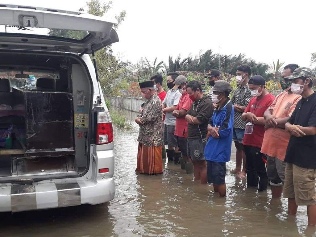 Bikin Nyesek! Suasana Pemakaman Korban COVID-19 Saat Banjir di Pekalongan