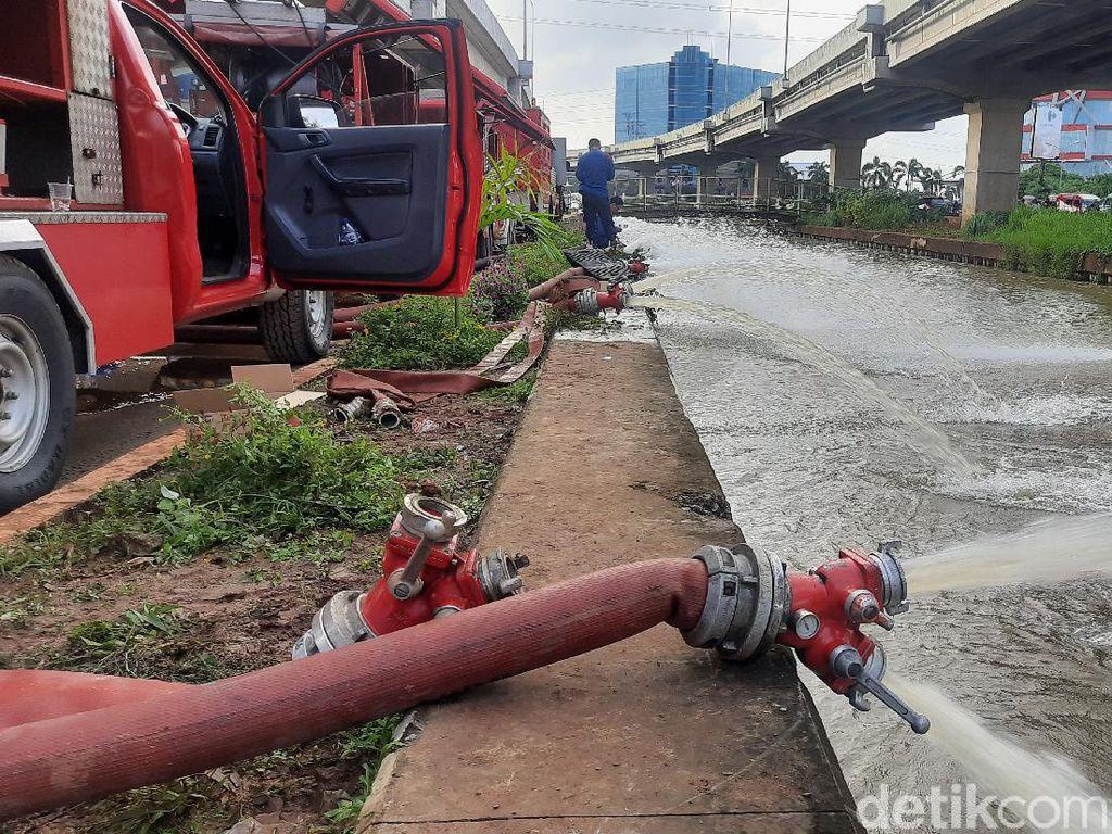 Sedot Banjir Cipinang Melayu, 20 Mobil Pompa Damkar Jaktim Dikerahkan