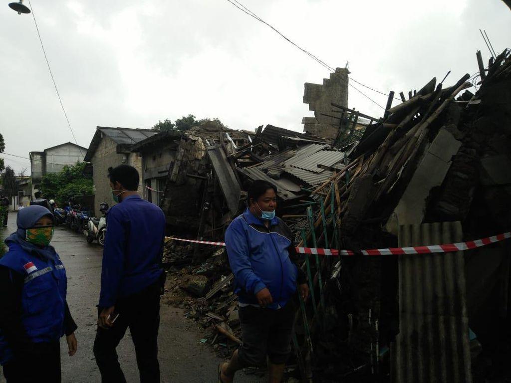 Diterpa Hujan Angin, Rumah 2 Lantai di Sawangan Depok Ambruk