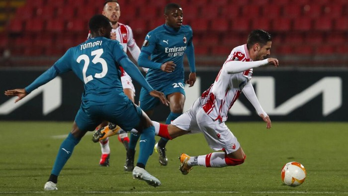 Red Stars Diego Falcinelli, right, duels for the ball with AC Milans Fikayo Tomori during the Europa League round of 32 first leg soccer match between Red Star and AC Milan at the Rajko Mitic Stadium in Belgrade, Serbia, Thursday, Feb. 18, 2021. (AP Photo/Darko Vojinovic)