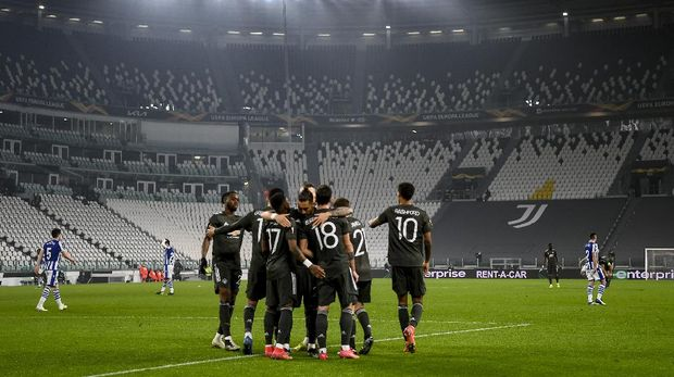 Manchester's Bruno Fernandes celebrates with teammates after scoring his side's opening goal during the Europa League, round of 32, first-leg soccer match between Real Sociedad and Manchester United, at the Allianz Stadium in Turin, Italy, Thursday, Feb. 18, 2021. (Marco Alpozzi/LaPresse via AP)