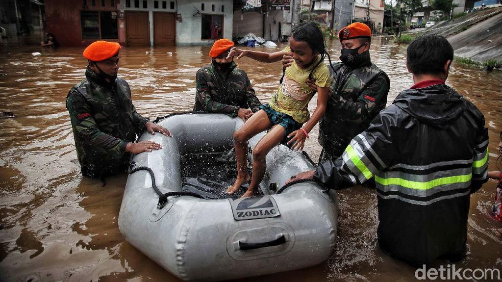 Foto Aksi TNI Bantu Warga Korban Banjir di Cipinang Melayu
