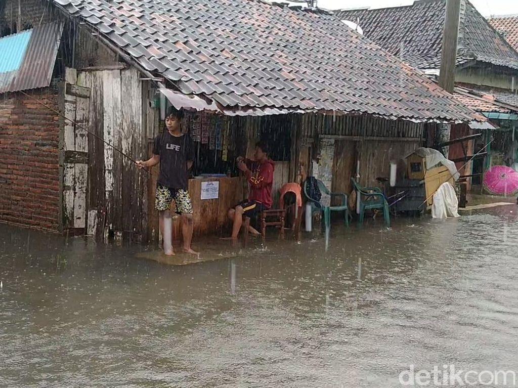 Saat Warga Pekalongan Santuy Mancing di Tengah Banjir