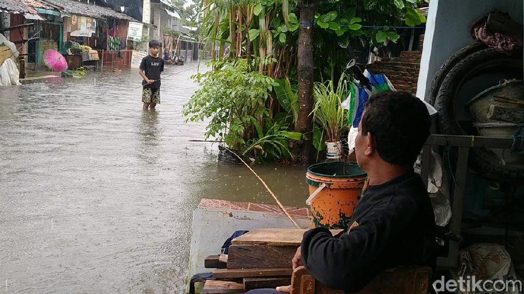 Warga Pekalongan Ramai-ramai Mancing di Tengah Banjir