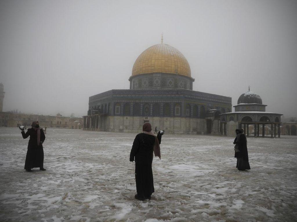 Masjid Al Aqsa dan Tembok Ratapan Diselimuti Salju