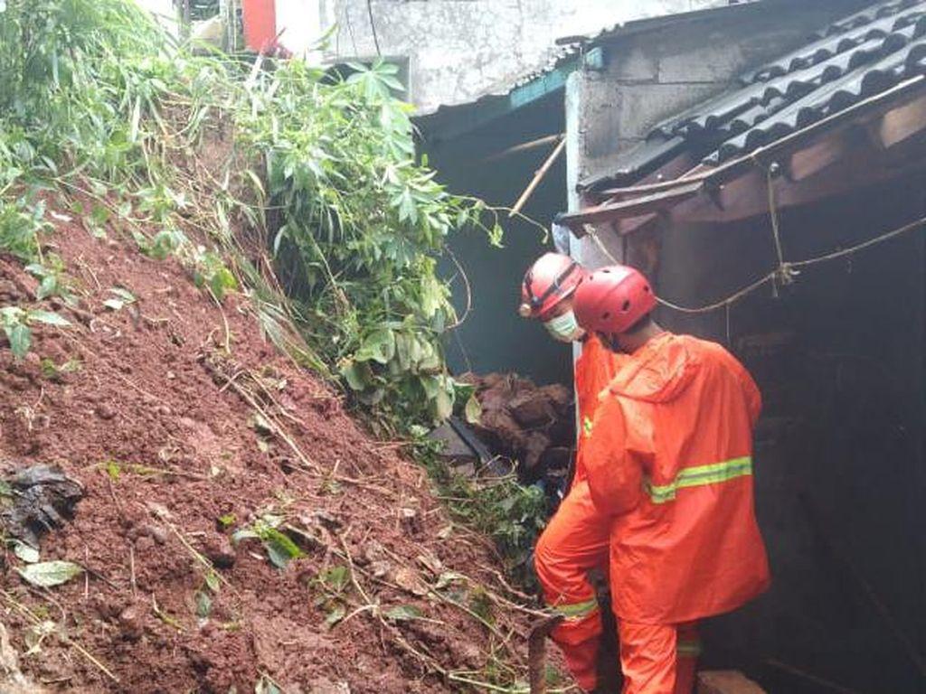 Diguyur Hujan Sejak Dini Hari, 3 Rumah di Depok Tertimbun Longsor