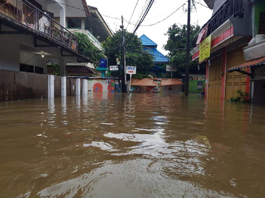 Tanggul Kali Jebol, Kantor Kecamatan Mampang Terendam Banjir Semeter