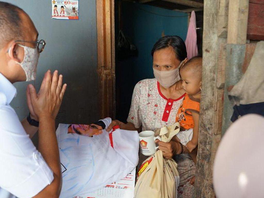 Sambil Panas-panasan, Andre Rosiade Bagikan Sembako Susuri 2.500 Rumah