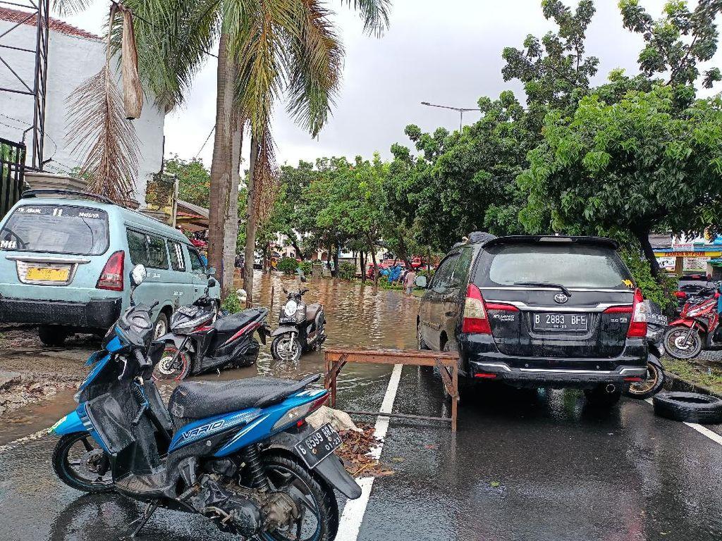 Pasar Puri Indah dan Meruya Ilir Jakbar Banjir, Kendaraan Tak Bisa Melintas
