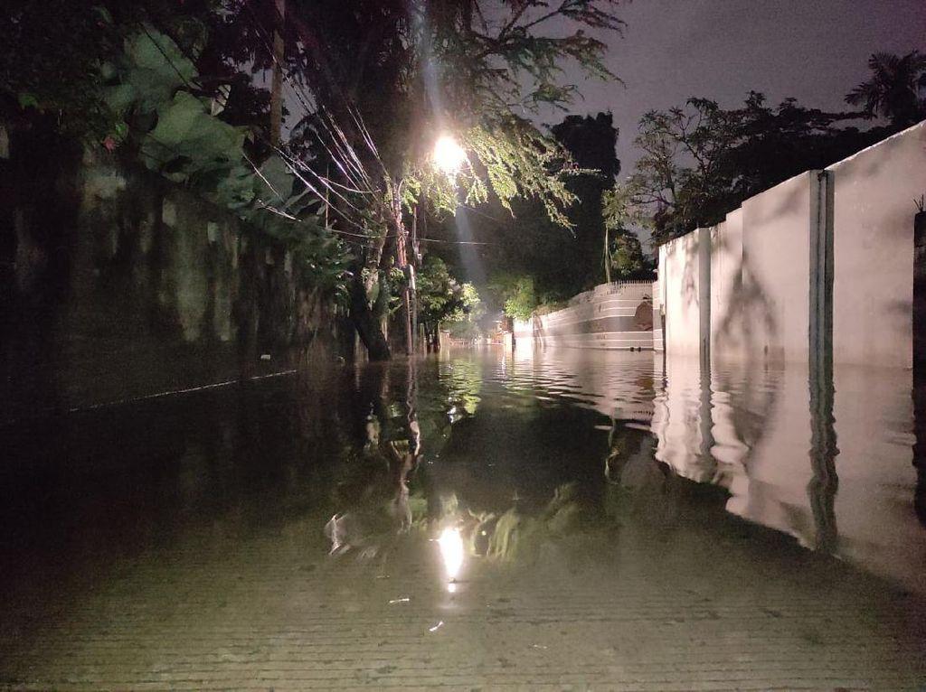 Banjir di Kemang Timur V Surut 50 Cm Malam Ini, Kendaraan Belum Bisa Lewat