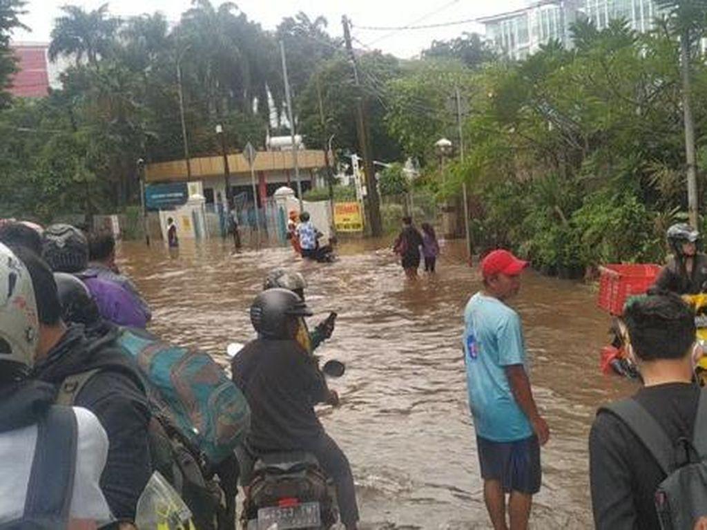 Jalan Pejaten Barat Jaksel Masih Banjir Sejak Pagi, Motor Tak Bisa Melintas