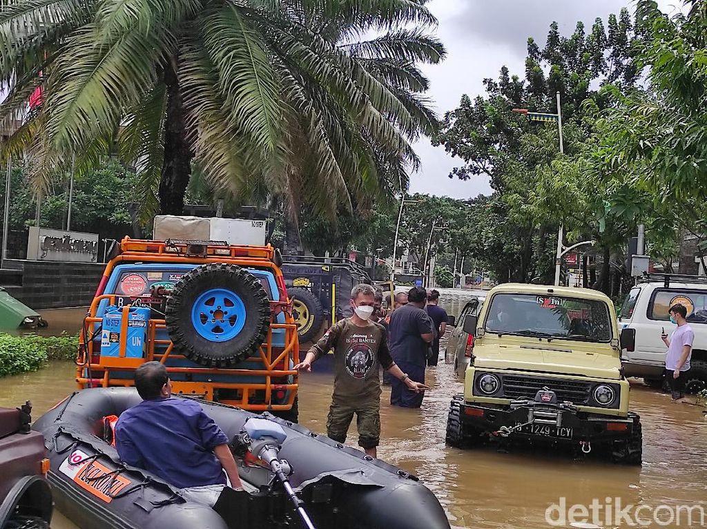 Banjir di Kemang Jaksel Belum Surut, Banyak Mobil yang Masih Terendam Air