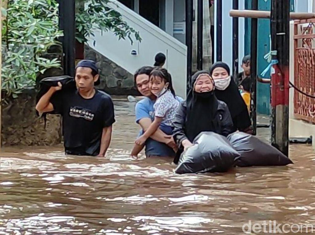 Kebon Pala Jaktim Banjir Sejak Pagi Tadi, Kini Tinggi Air 70 Cm