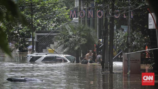 Puluhan mobil terendam banjir akibat di jalan kemang raya, Jakarta, Sabtu, 20 Februari 2021. CNN Indonesia/ Adhi Wicaksono