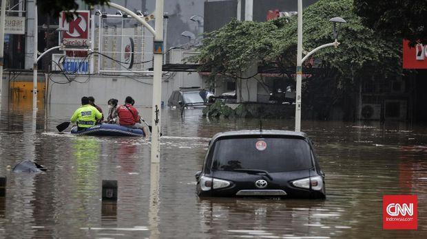 Banjir di kawasan Kemang Raya, Jakarta, 20 Februari 2021. Tingginya intensitas hujan mengakibatkan sejumlah wilayah di ibu kota terendam banjir. CNN Indonesia/ Adhi Wicaksono