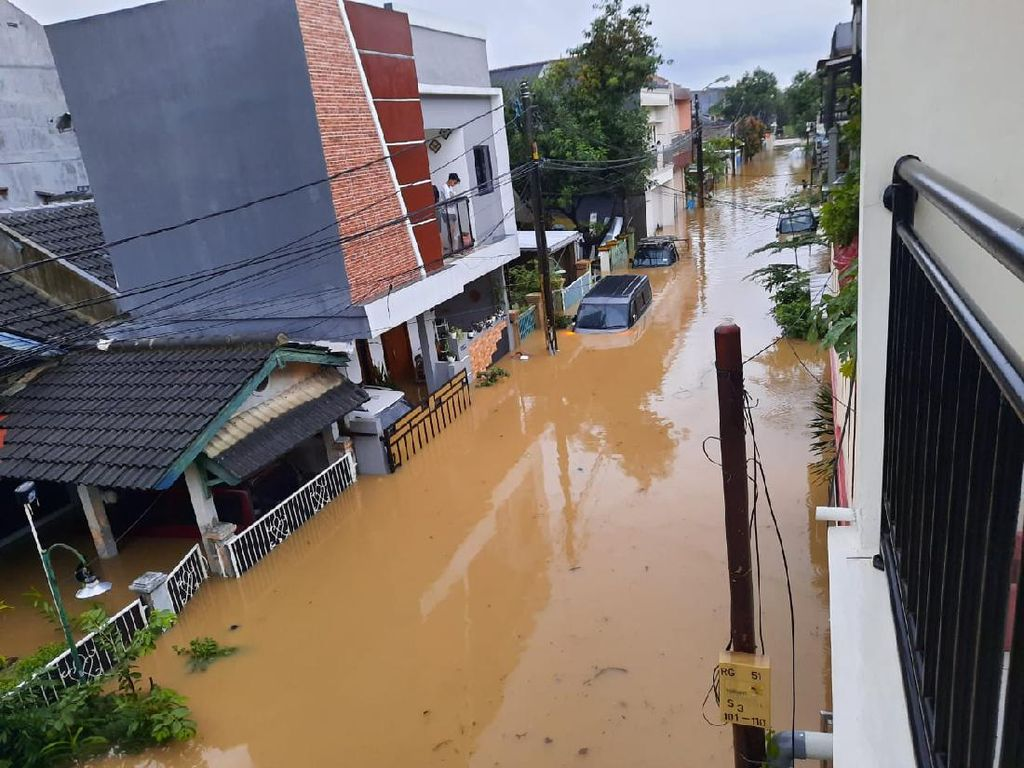 Banjir di Mekarmukti Cikarang Utara, Mobil Warga Terendam