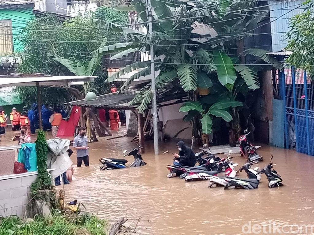 Banjir Cipinang Melayu Masih Capai 2 meter