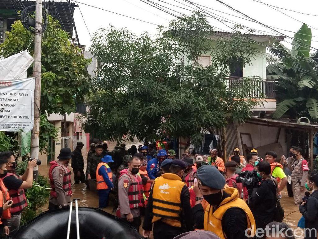 Banjir 3 Meter, Warga Cipinang Melayu Jaktim Dievakuasi Pakai Perahu Karet