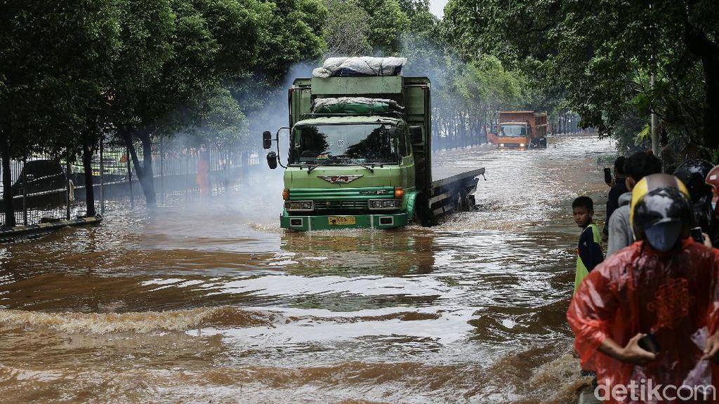 Banjir Lumpuhkan Jalan TB Simatupang