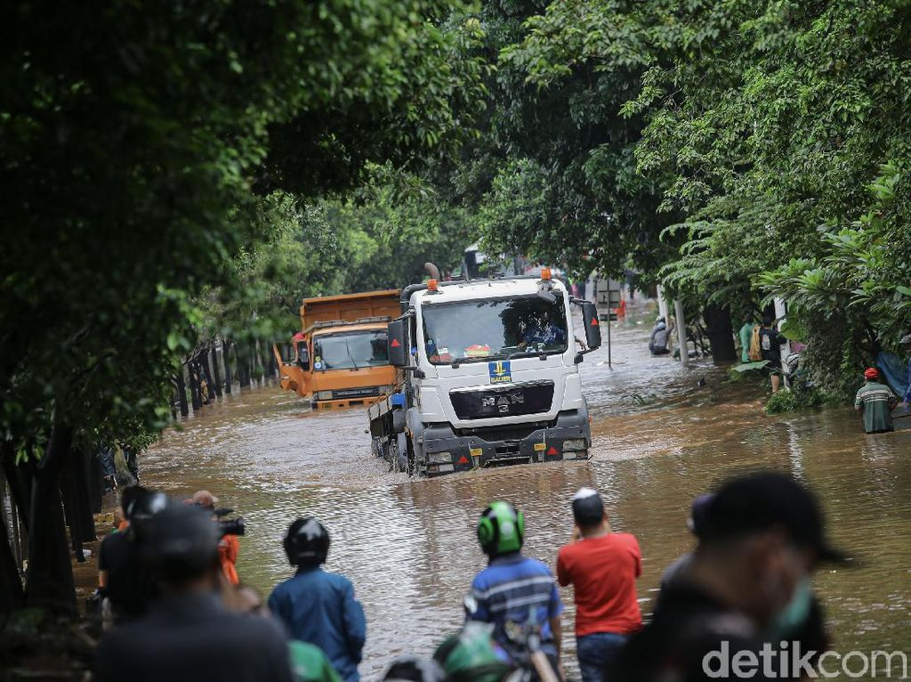 Warga Ramai-ramai Mancing Ikan di Tengah Banjir