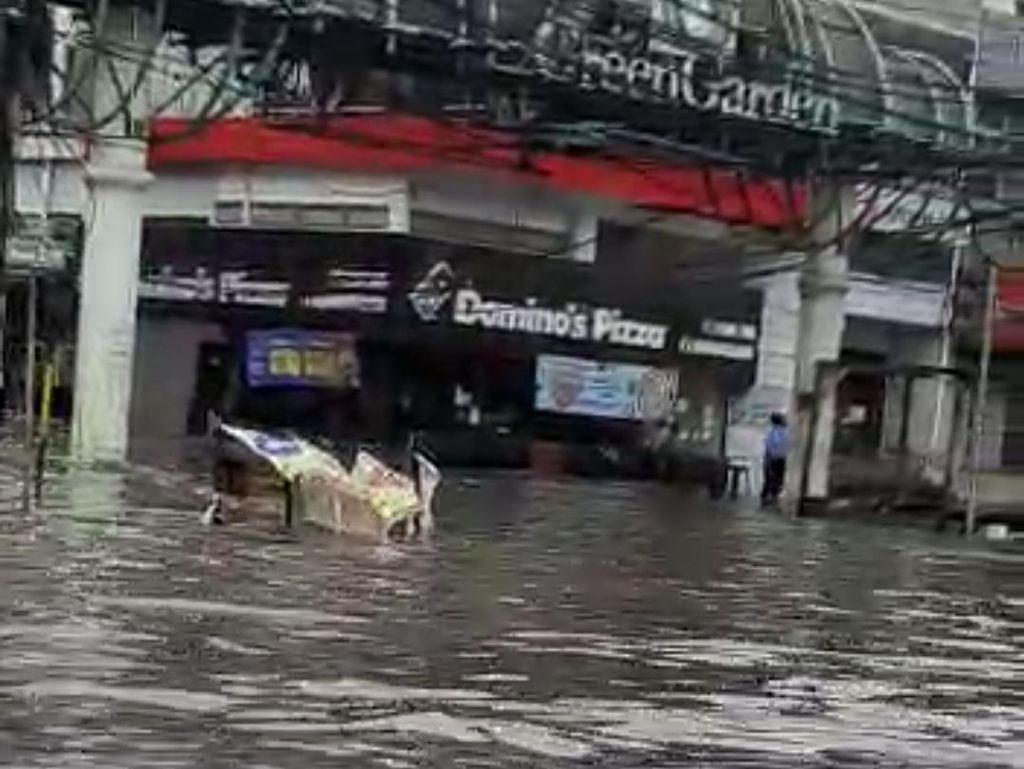 Banjir Capai 1,5 Meter Masih Rendam Perumahan Mutiara Kedoya Jakbar