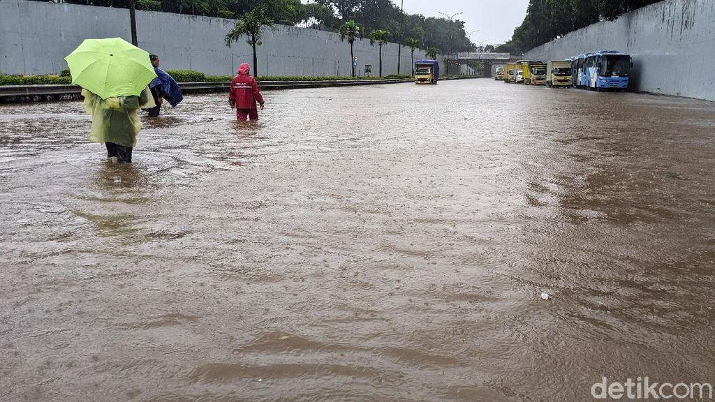 Bak Sungai, Begini Penampakan Banjir di Tol JORR TB Simatupang
